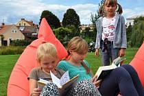 V pondělí za krásného slunečného počasí listovaly v knihách v parku Václava Havla i osmiletá Anežka Hradcová z Litoměřic a o pět let starší Zuzka Hrušková z Prahy.