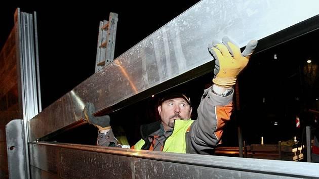 Zhruba hodinu trvala zkouška stavby mobilní hráze v lovosické Terezínské ulici.