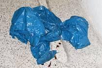 Igelitový pytel s mrtvolkou novorozence nalezený v Lovosicích.