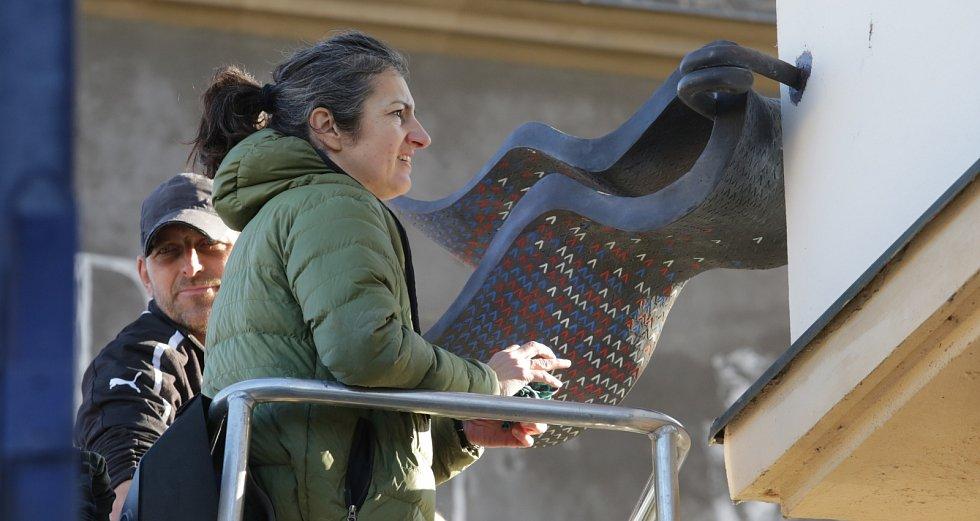 Na Mírovém náměstí v Litoměřicích je nová plastika od Alžběty Kumstátové k výročí sametové revoluce