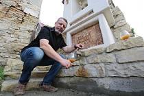 Místní vinař ve Velkých Žernosekách na Litoměřicku Dalibor Mikulenko si postavil u domu vlastní kapličku.