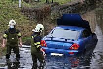 Vozidlo sjelo do rybníka, nehoda se obešla bez zranění. (24.12.2020)