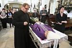 Od 11 hodin bylo možné se s biskupem Josefem Kouklem rozloučit v katedrále sv. Štěpána