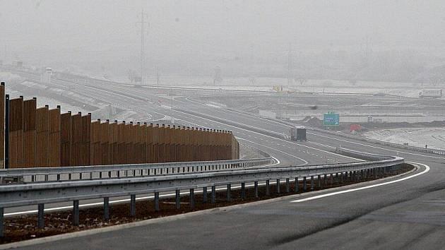 Dostavba dálnice D8 u Bílinky.