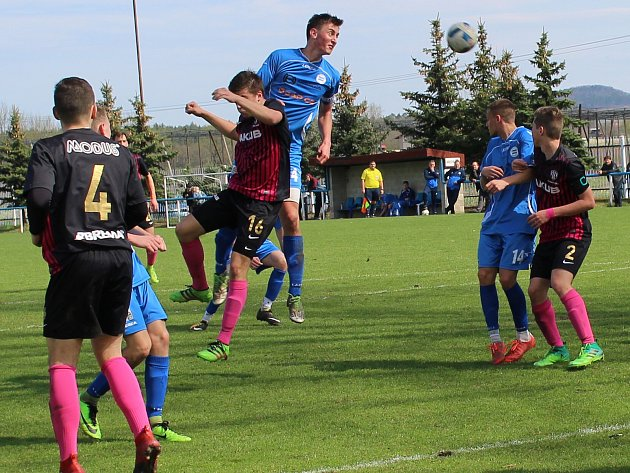 Fotbalová divize dorostu U19. Roudnice (v modrém) podlehla České Lípě 1:2.