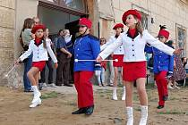 Součástí oslav ve Vlastislavi byl i slavnostní průvod obcí k zámku Skalka.