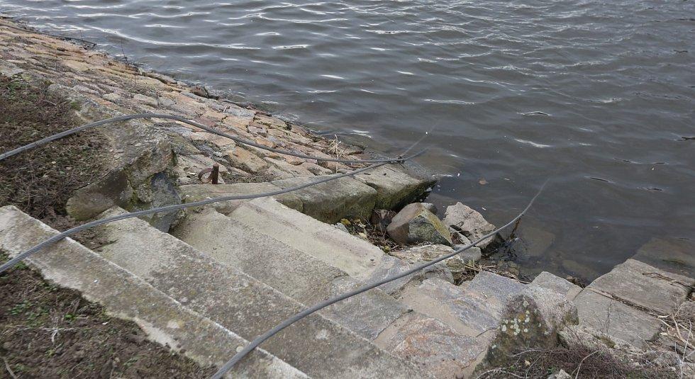 Poryv větru způsobil pád stožáru vysokého napětí poblíž Malých Žernosek. Po pádu spadly dráty do řeky Labe a na pravém břehu popadaly na rodinný dům, troleje a poškodil se další stožár ve vinici.