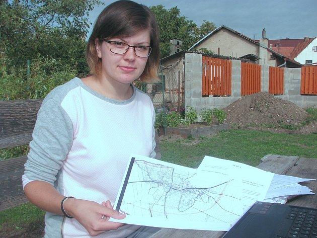 Ludmila Horová ukazuje na plánku, kudy by v budoucnu mohla vést  doprava  k zemědělskému družstvu.