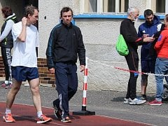 Jan (vlevo) a Martin Burešovi na roudnickém stadionu.