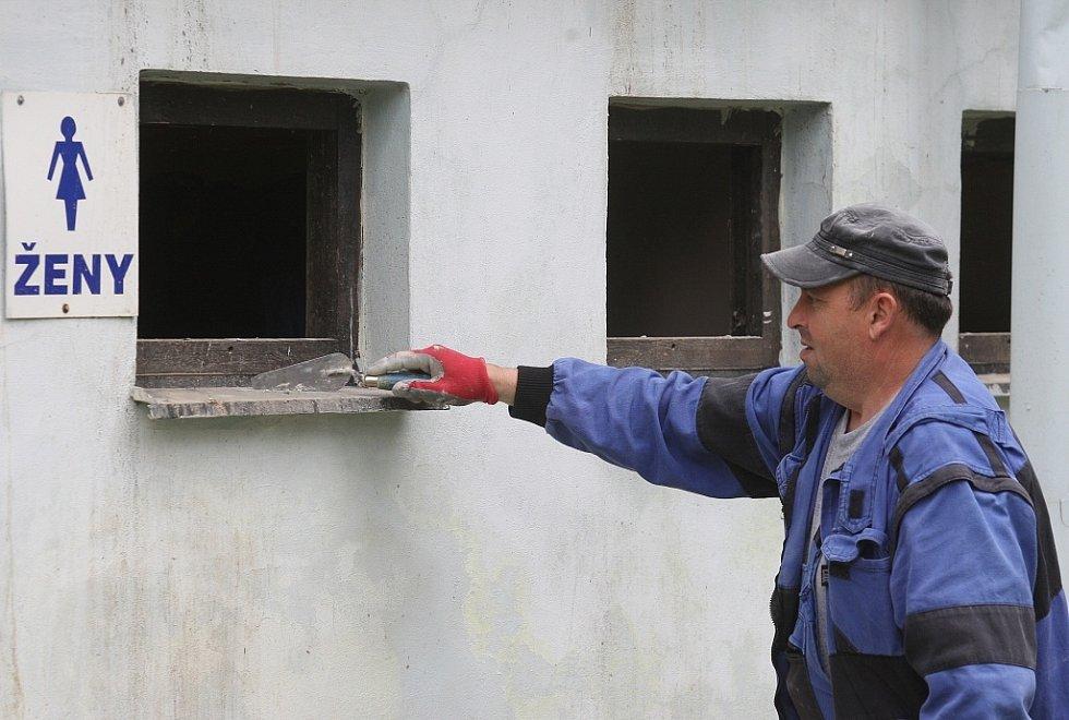 Úklid a opravy na litoměřickém koupališti pokračují...