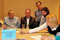 Náměty, které u jednotlivých diskusních stolů zazněly, byly zapisovány a na závěr debaty prezentovány všem.