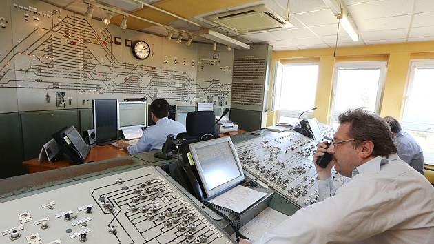 UNIKÁT. Fotografie zachycuje ohromný ovládací pult reléového zabezpečovacího zařízení na stanici v Lovosicích. Příští rok už budou výpravčí pracovat jen s počítači.