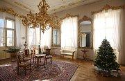 Zaměstnanci ploskovického zámku zdobí interiéry pro víkendové vánoční prohlídky a jarmark.
