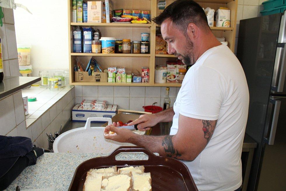 Na statku v Mukařově se lidé léčí ze závislosti na drogách, lécích, alkoholu i automatech.