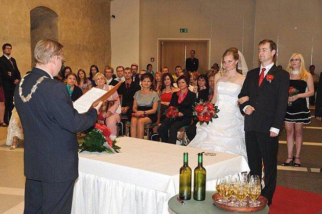 Martina a Aleš si své první novomanželské políbení dali v gotickém hradu. Oddávajícím byl zastupitel Petr Hošek.