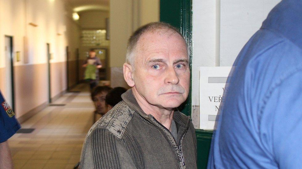 Heinrich Konrad Lesnik míří do soudní síně v Litoměřicích.