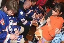 Hokejisté Litoměřic přinesli dětem plyšáky.