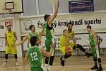 Basketbalové utkání Litoměřice a Liberec, I. liga 2019/2020. Jan Dvořáček přihrává