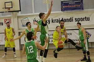 Jan Dvořáček (ve žlutém) přihrává v zápase Litoměřic proti Liberci v I. lize 2019/2020