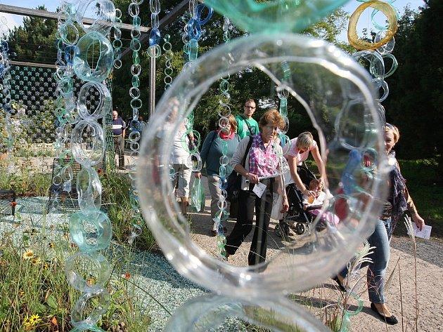 Návštěvníci Zahrady Čech obdivují na soutěžní přehlídce okrasných zahrad, co všechno lze při jejich tvorbě uplatnit. Vedle přírodního materiálu využijí například i plasty.