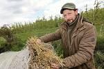 Ovocnář Jan Čuda z Ploskovic na Litoměřicku zapaluje okolo sadů s jabloněmi balíky slámy.