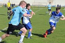 Fotbalisté SK Hrobce (v bílomodrém) rozstříleli v duelu krajského přeboru Vilémov 9:0.