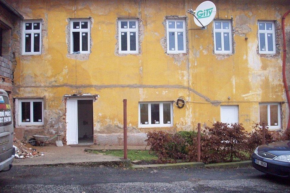 Kulturní dům v Litochovicích čeká na opravu fasády.