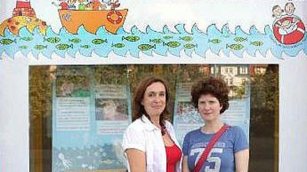 Margita Šantavá a Alice Nellis před Poradnou pro NRP v Litoměřicích.