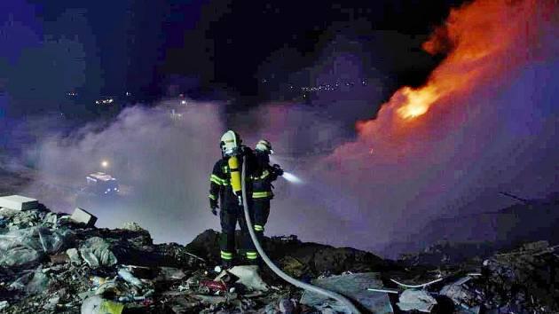 Noční požár na skládce Želechovice