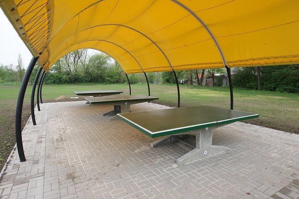 STOLNÍ TENIS, MINIGOLF, PRO DĚTI SKLUZAVKA NEBO TRAMPOLÍNA. Koupaliště ve Štětí má kromě nově upraveného povrchu a zrekonstruovaných bazénů také větší možnost sportovního vyžití.