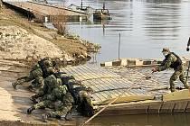 Příslušníci pontonové roty 15. ženijního pluku cvičili na Labi v Litoměřicích.