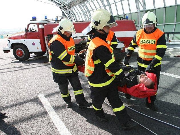 Hasiči cvičili u nehody na neotevřené dálnici.