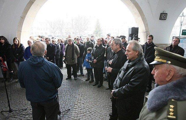 Téměř stovka obyvatel, přátel a místních politiků se zúčastnila pietní akce k uctění památky zemřelého bývalého prezidenta Václava Havla před litoměřickou radnicí..
