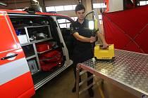 NOVÝ ZÁSAHOVÝ VŮZ převzali litoměřičtí hasiči ve středu. Na vybavení přispělo město.