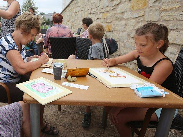 V litoměřickém parku Václava Havla proběhl v pátek dopoledne workshop ručního papíru pro děti a seniory.