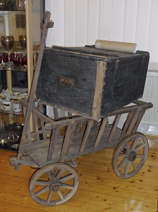 Odsunová kárka s kufrem vystavená dřív v Heimatmuzeu ve Fuldě.