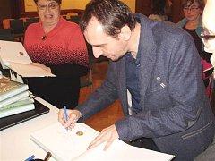 Jiří Svoboda v lovosické knihovně.