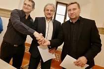 Na spolupráci se dohodli šéf FK Litoměřicko Radek Bania, starosta Ladislav Chlupáč a Horst Siegl (zleva)