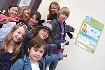 Vyvěšení energetického štítku sledovali i žáci základní školy, pro něž poté připravil energetický manažer města Jaroslav Klusák besedu o způsobech vedoucích k energetickým úsporám.
