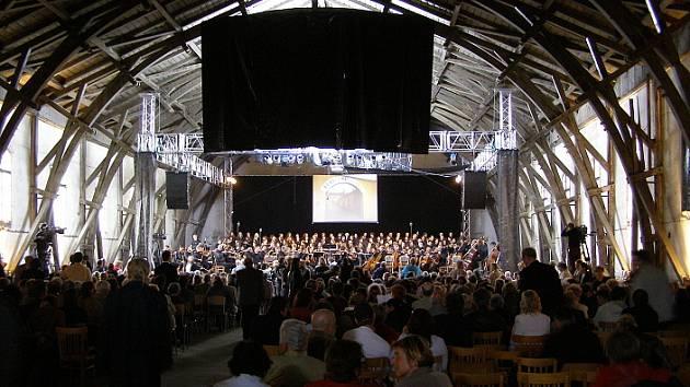 V JÍZDÁRNĚ v Terezíně přednese Verdiho Requiem dvousetčlenný chór. Podobná akce se zde uskutečnila v roce 2006.
