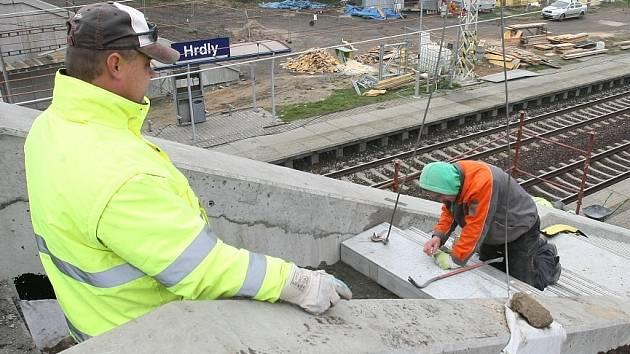 Oprava silničního mostu nad železničním koridorem u Hrdel.