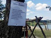 Kvůli sinicím platí na jezeru Chmelař zákaz koupání