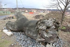 Dřevěná skulptura, která byla v březnu 2010 odstraněna z Jezuitských schodů v Litoměřicích nakonec skončila na soukromém pozemku místní firmy. Zůstalo z ní v podstatě jen torzo a pár dřevěných prvků.