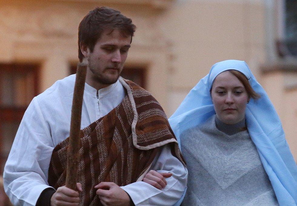 Desítky rodin z Litoměřic a okolí se ve středu odpoledne sešly na Mírovém náměstí, aby následně v průvodu společně vyrazily do pomyslného Betléma na Dómské náměstí u katedrály.
