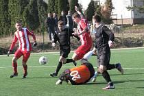 POSTUP do dalšího kola poháru si na roudnické umělce vybojovali fotbalisté Štětí (v pruhovaném), kteří porazili Mojžíř.