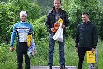 Kategorie nad 40 let – zleva: 2. Marek Bušek, vítěz Josef Procházka a 3. Jaroslav Jíra