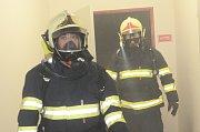 Fotoreportér Deníku Karel Pech (vlevo) si vyzkoušel polygon u hasičů v Litoměřicích