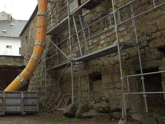 Úštěcký hrad vloni zdobilo lešení