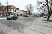 BUDE UZAVŘENA? Spojka mezi ulicemi Osvoboditelů a Zámecká by mohla být uzavřena pro auta, aby vznikla pěší zóna mezi Václavským náměstím a nově rekonstruovaným parkem. O záměru debatují lovosičtí radní.