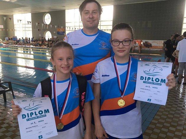 Michaela Plašilová s Anežkou Součkovou a trenérem Marcelem Součkem.